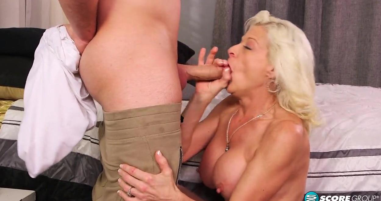 Зрелая блондинка хочет пососать молодой член