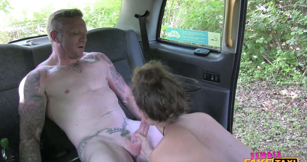 Баба увидела накаченное тело парня и захотела секса с ним тут же