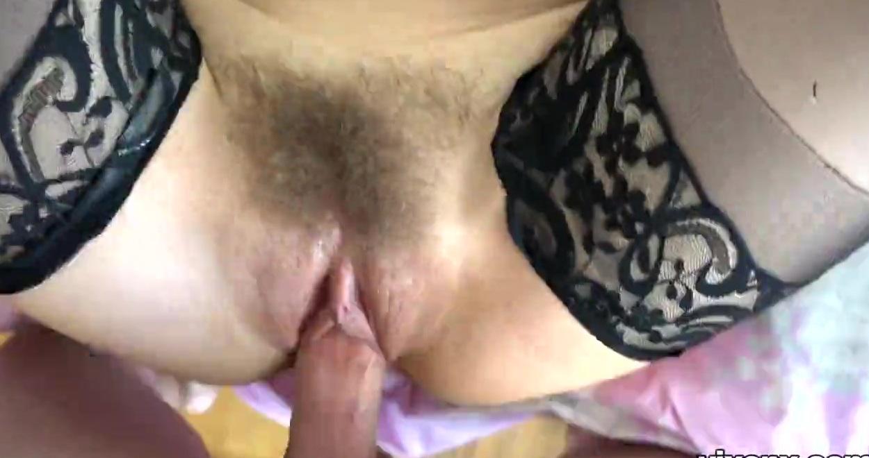 Девка с волосатой киской и в чулках возбуждает любовника мастурбируя перед ним