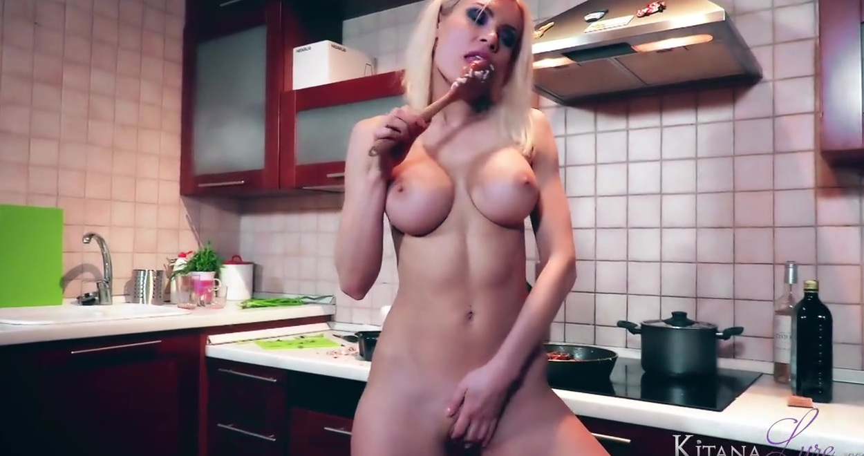 Деваха разделась на кухне