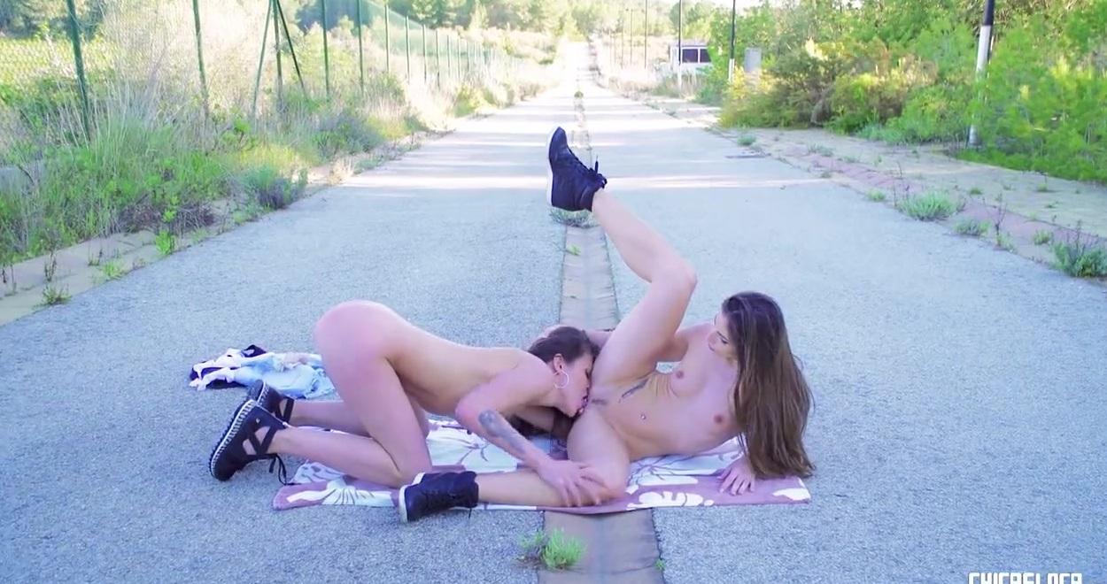 Мастурбирующие голые девки