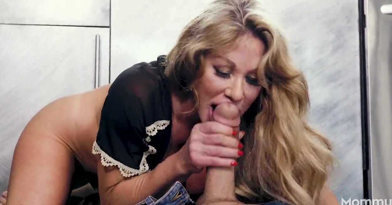 Грудастая мамаша оседлала упругий пенис