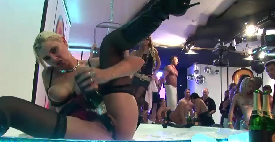 танцует голая в ночном клубе