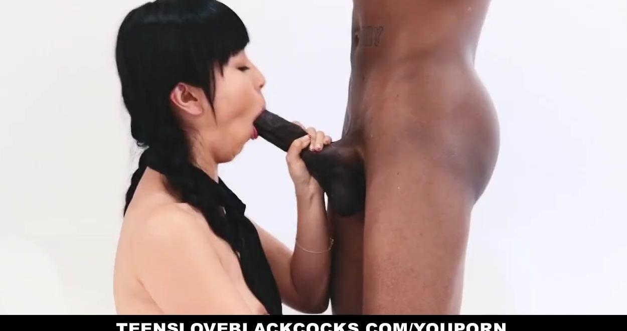 Опытная азиатка отсосала негру член