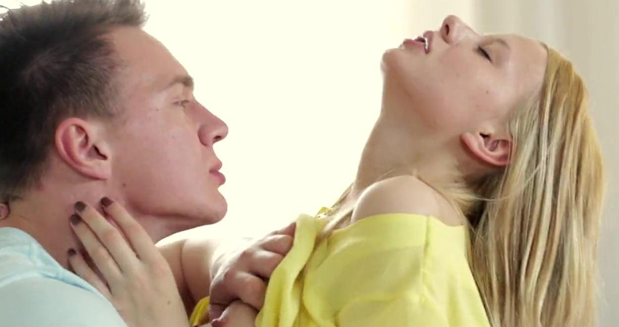 Сперма на попке стройненькой блондинки, после траха с бойфрэндом